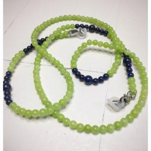 Łańcuszek do okularów z kamieni w kolorze jasno zielonym z granatowymi dodatkami na lnianej torebce opakunkowej.