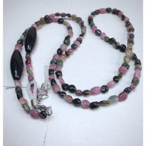 Łańcuszek do okularów z kamieni w kolorze brązowym, czarnym różowym i szarym na lnianej torebce opakunkowej.
