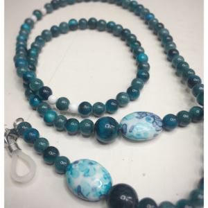 A chain for glasses of turquoise color with a white-turquoise larger stone.