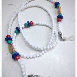 Łańcuszek do okularów z kamieni naturalnych w kolorze białym z kolorowymi dodatkami.